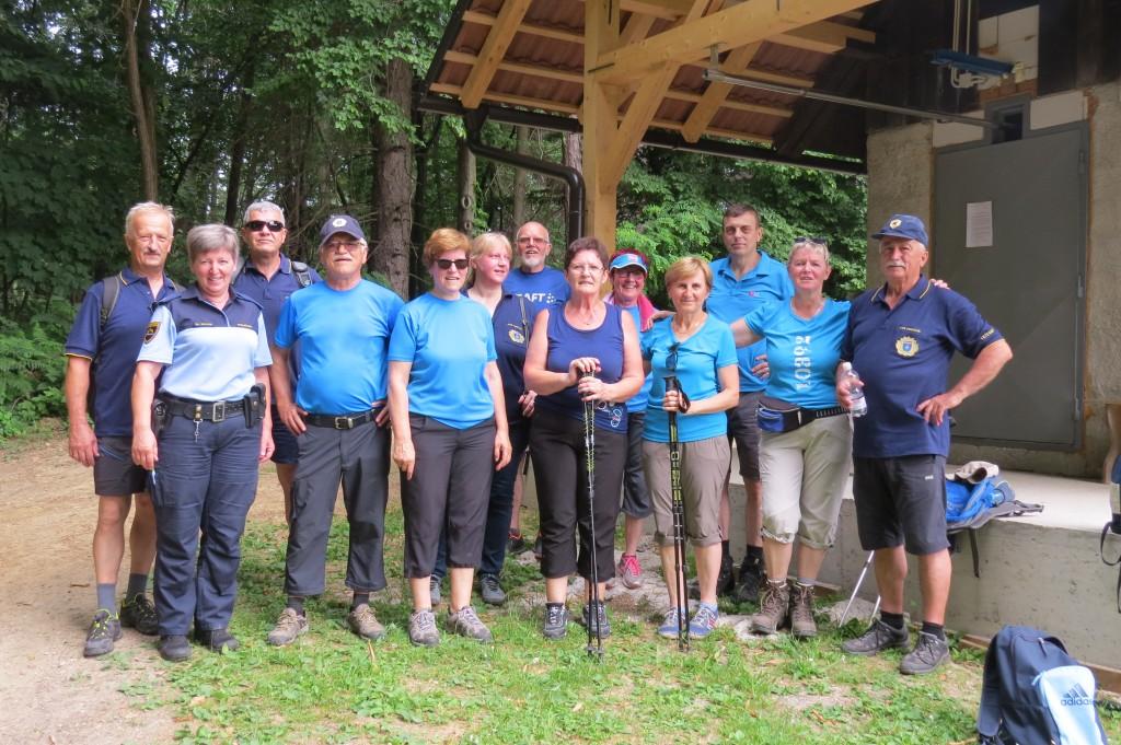 Pohodniki na Bukovini v družbi policistov, ki so opravljali naloge varovanja zelene meje