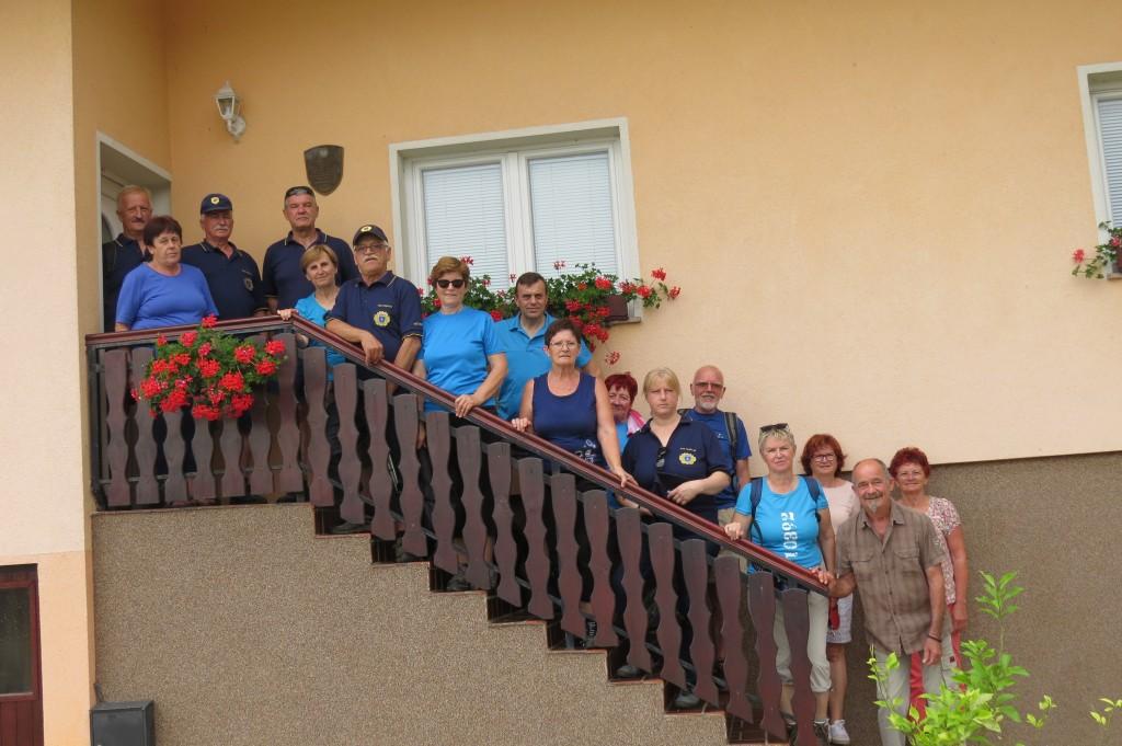 udeleženci pohoda skupaj z Anico Zofič - druga z leve